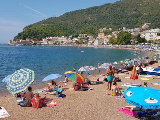 пляж в Петроваце Черногория