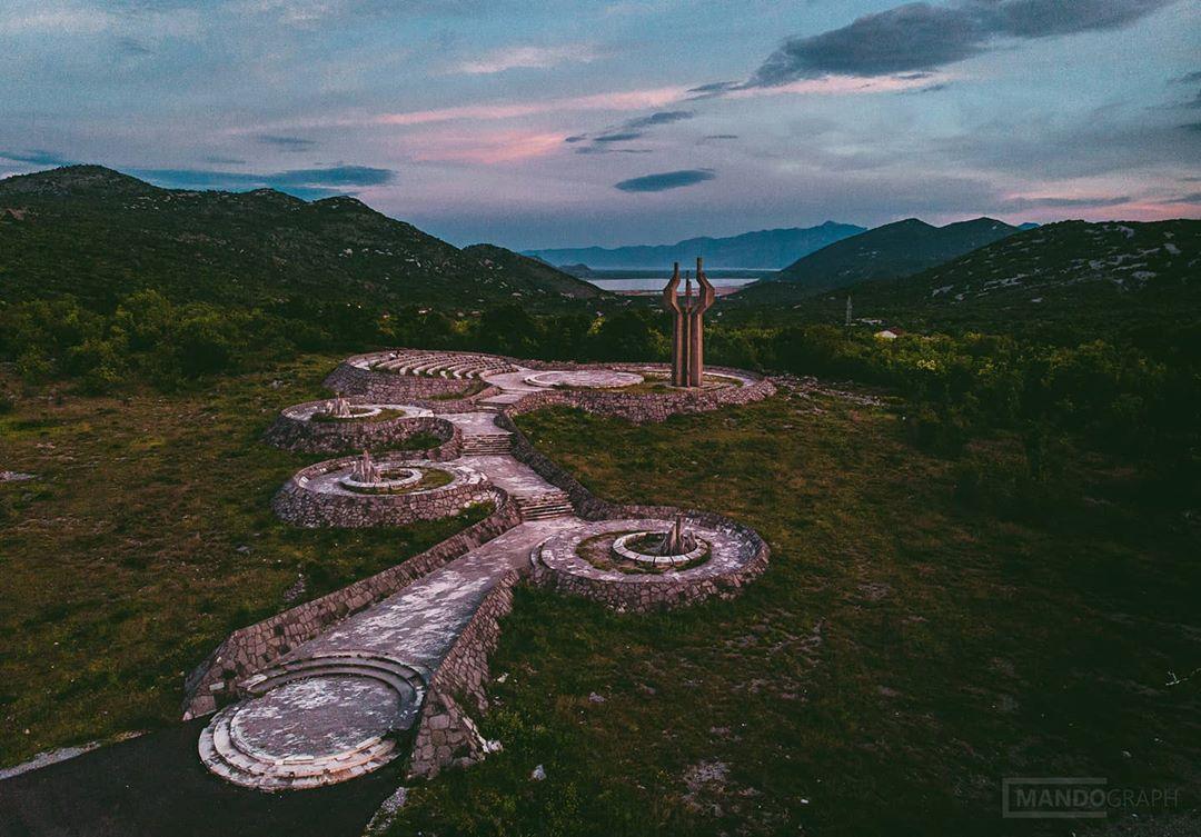 памятник Югославии