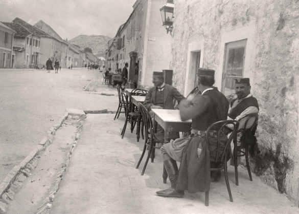 черногорцы пьют кофе