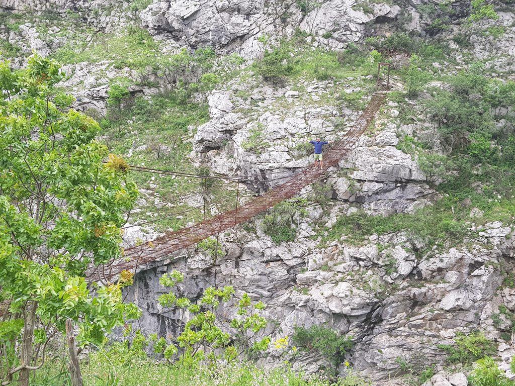 подвесной мост в каньоне реки Морача