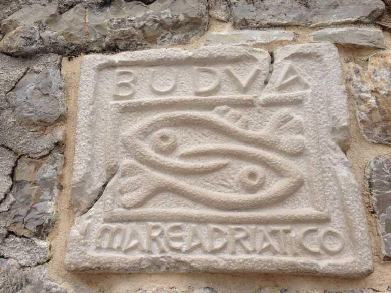 символ БУдвы - 2 рыбки