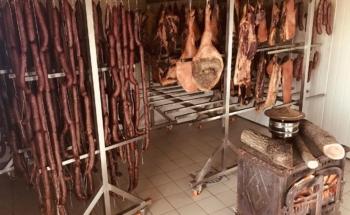 мясо и колбасы в эко-ресторане в албании