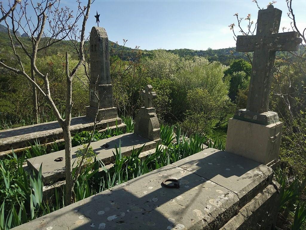 старое кладбище в Черногории