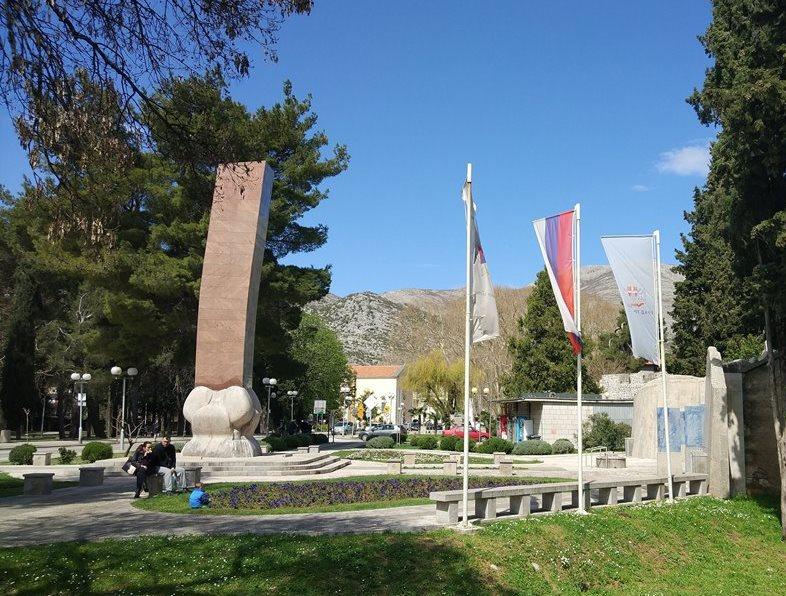 Требинье памятник погибшим солдатам в Югославскую войну