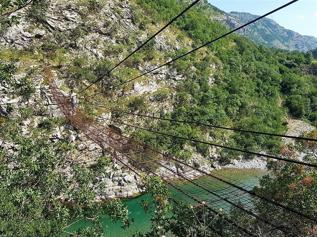подвесной мост на реке Морача