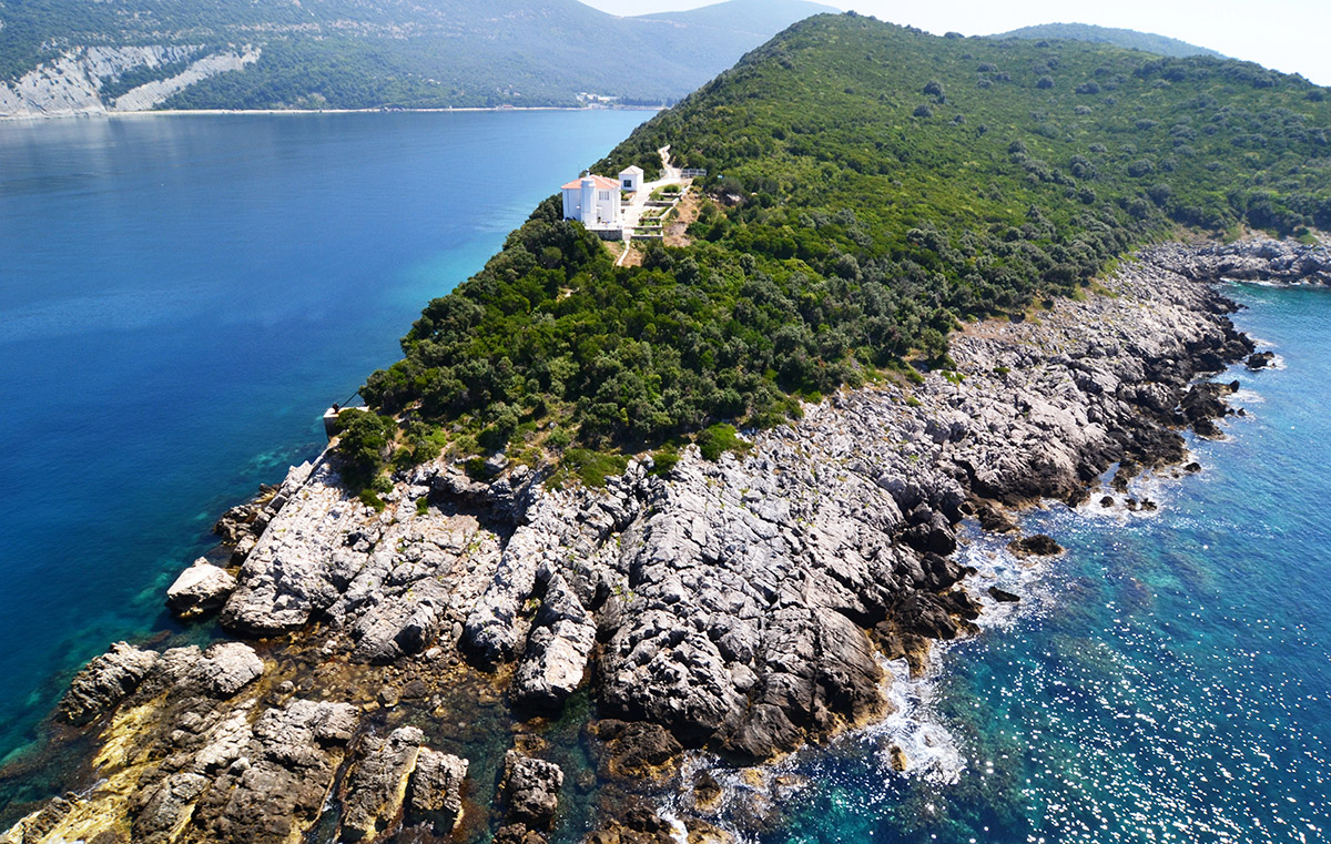 маяк Менра в Черногории