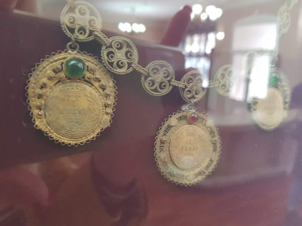 украшения черногорок с монетами