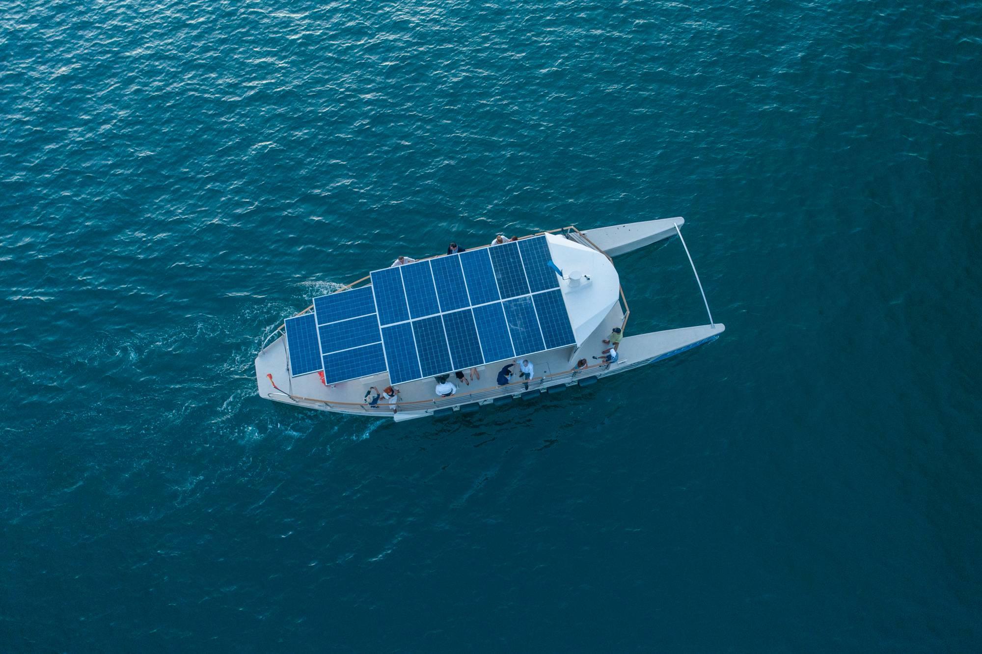 экологичный корабль в Которской бухте