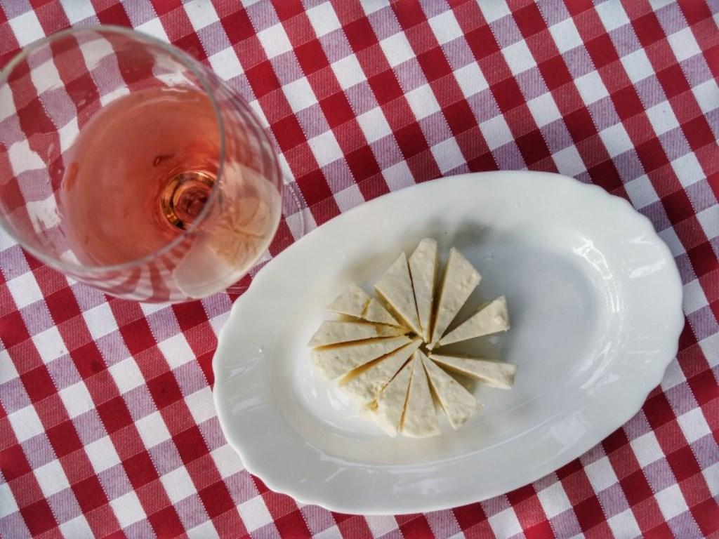 вино и сыр в Черногории